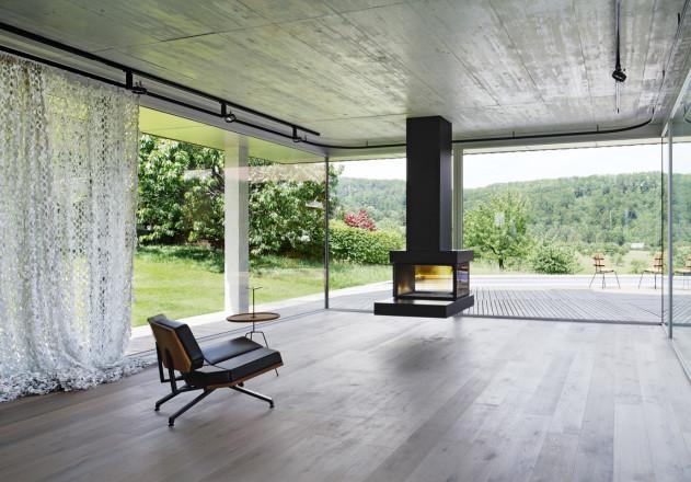 Das Innere des modernen Einfamilienhauses besteht aus Beton und Holz