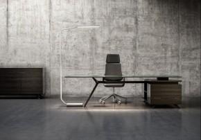 Frontalansicht Schreibtisch mit Arbeitsplatz-Stehleuchte Nimbus Force One