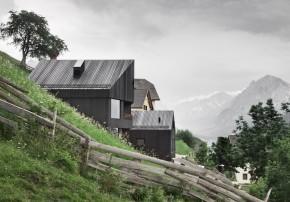 Holzfassade und Loggia am Steilhang