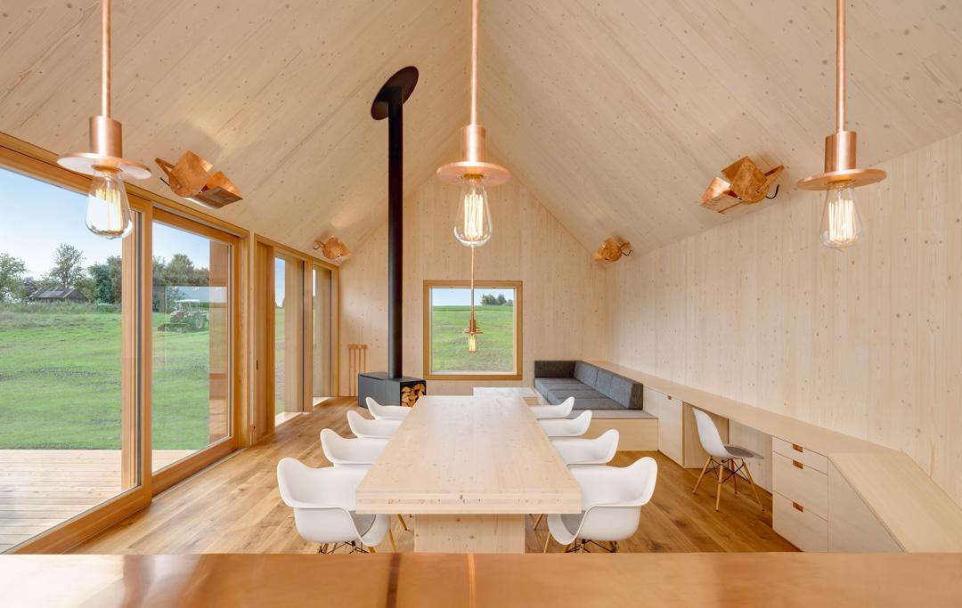 holzhaus mit hof moderne einfamilienh user. Black Bedroom Furniture Sets. Home Design Ideas