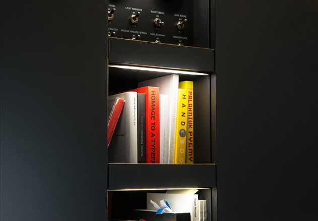 Nils Holger Moormann Luxus Immobilie VW T6  Innenraum Bücherbord LED Beleuchtung