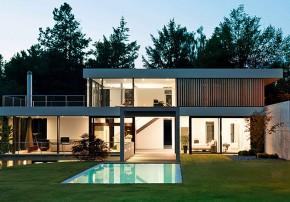 Von Bock Architekten naturverbunden Wohnen Glasfront Pool Sonnenterrasse