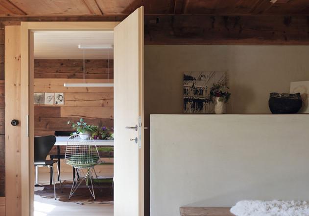 Brugger Architekten modernisiertes Bauernhaus Innenansicht moderne Möblierung