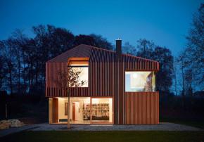 Titus Bernhard Architekten Niedrigenergiehaus Fassade bei Nacht