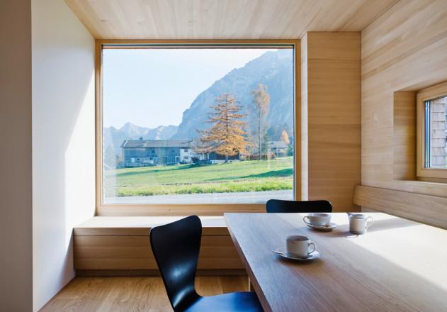 Haller und Plattner Holzriegelhaus Holzverschindelung  Innenraum Essplatz