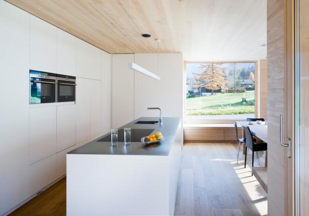 Haller und Plattner Holzriegelhaus Holzverschindelung  Innenraum offener Essbereich