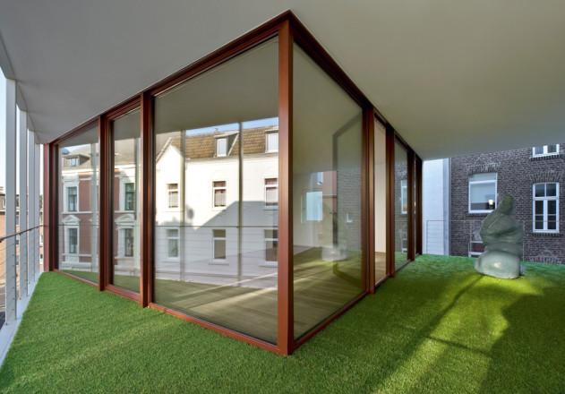 Bachmann Badie Architekten modernes Stadthaus Loggia Kunstrasen