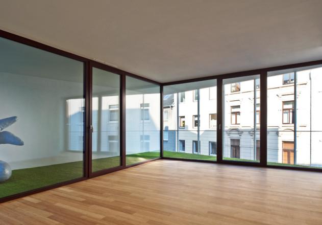 Bachmann Badie Architekten modernes Stadthaus Wohnzimmer mit Loggia