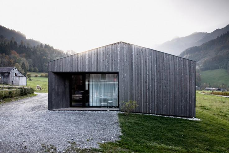 Innauer Matt Architekten Haus für eine Person Low-Budget-Haus schwarz lasiertes Holzhaus