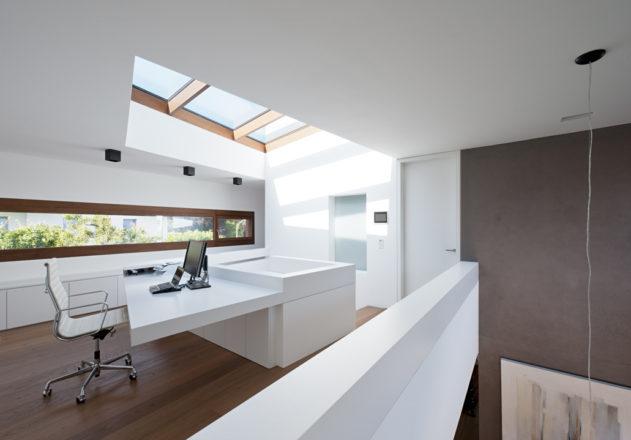 Lynx Architecture Einfamilienhaus gestockter Beton Innenansicht Galerie Oberlicht